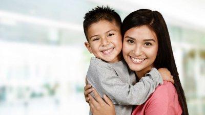 Mãe e filho sorrindo e se abraçando