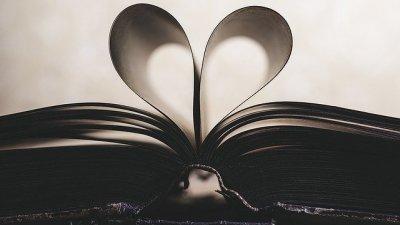Páginas de livro formando coração