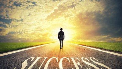 Homem caminhando em estrada e Sucess (sucesso, em inglês) escrito