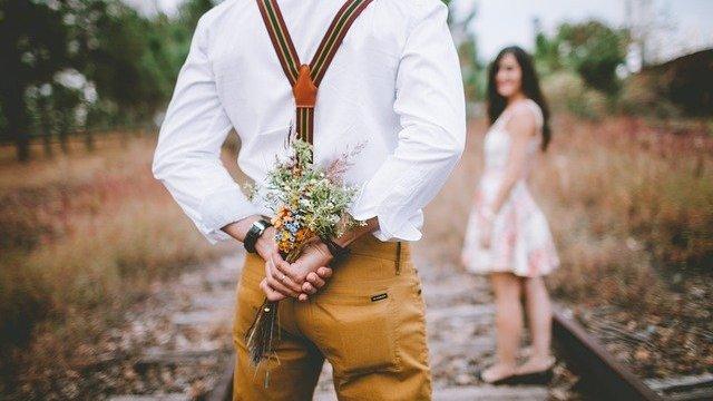 Homem com buquê de rosas para mulher