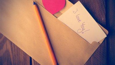 Carta saindo de envelope escrito eu te amo em inglês