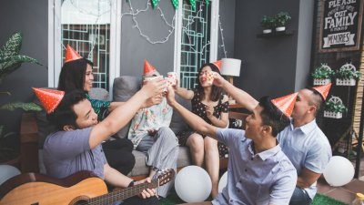 Amigos comemorando festa
