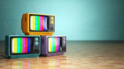 Foto de 3 televisões antigas juntas vistas de perto