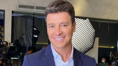 Rodrigo Faro sorrindo em fundo branco