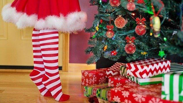 Pessoa próxima a Árvore de Natal