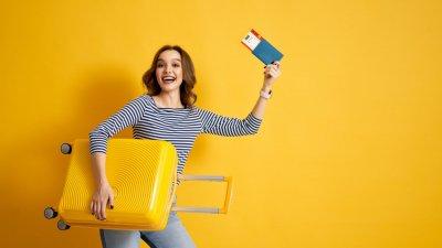 Fusca com malas em cima em estrada no campo