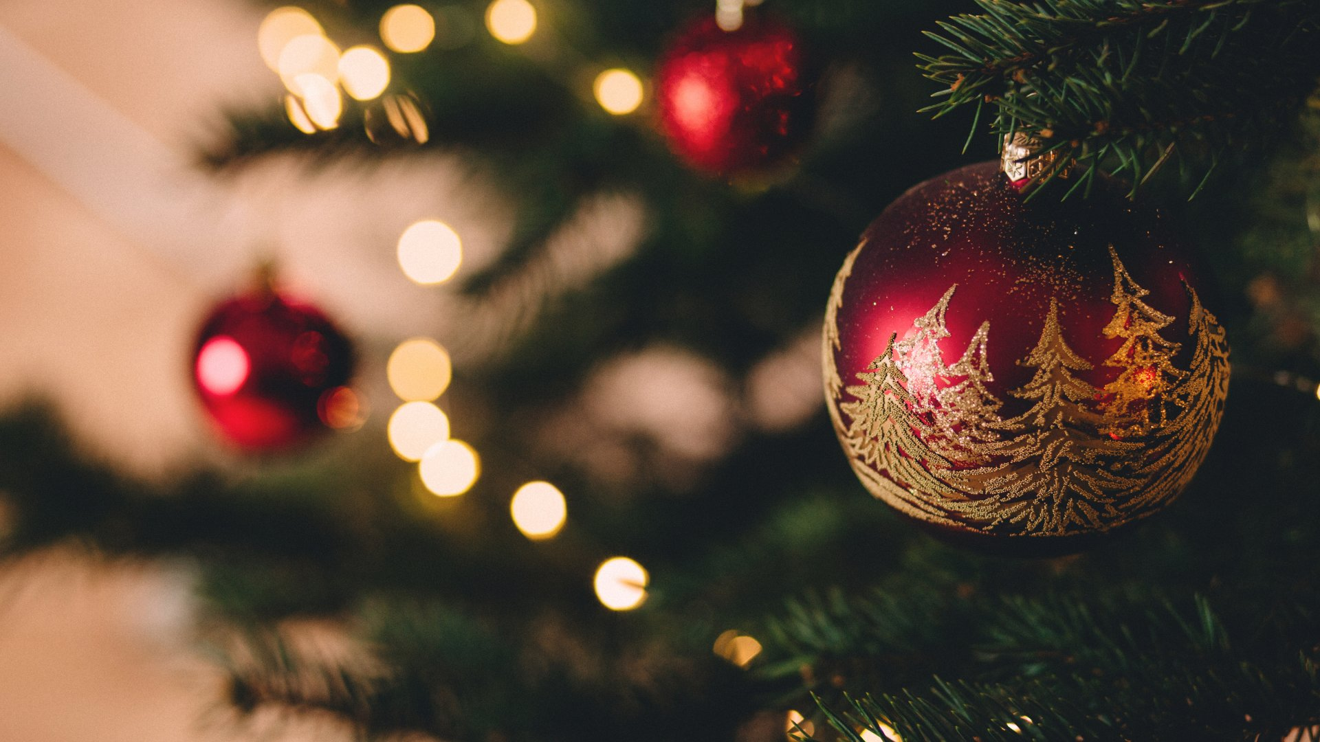 Bola de natal decorada pendurada em árvore