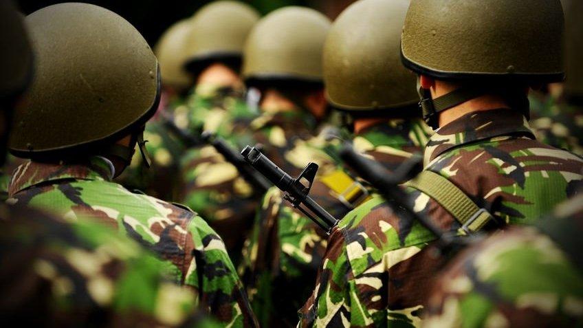 Soldados enfileirados de costas