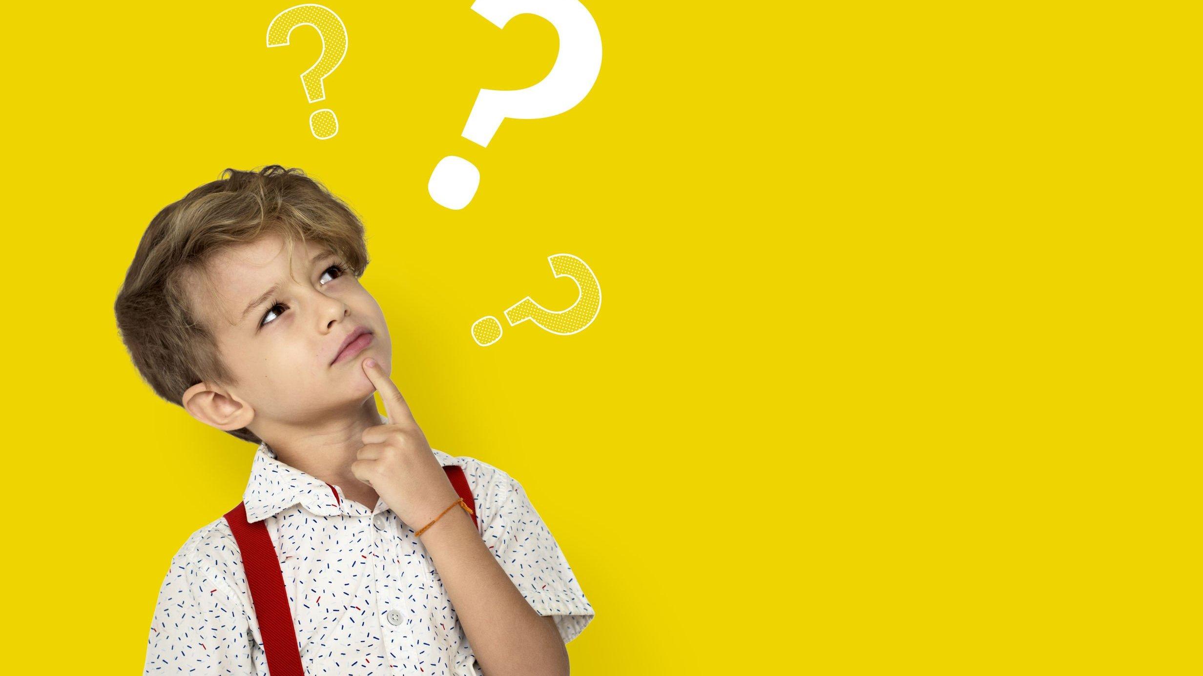 Criança com expressão pensativa e a mão sobre o queixo