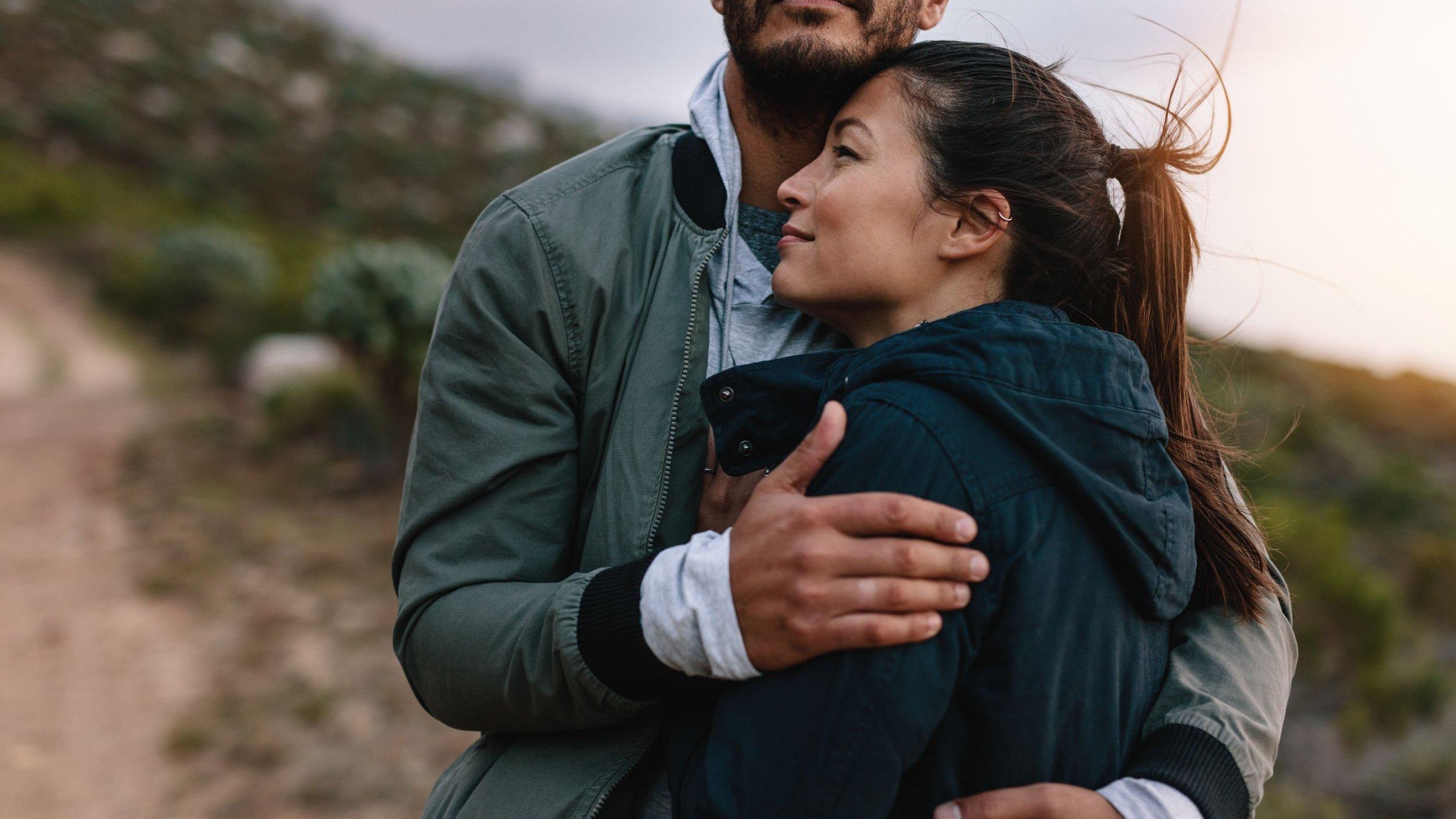 Casal de homem  e mulher abraçados