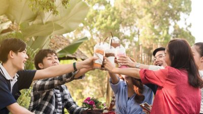 Amigos erguendo copos à tarde