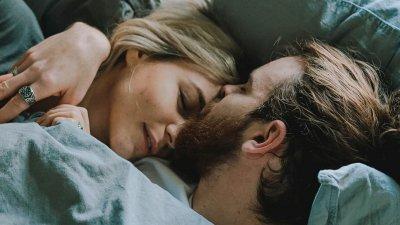 Homem e mulher deitados na cama