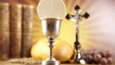 Taça com óstia e cruz