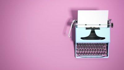 Máquina de escrever vista de cima em fundo cor de rosa