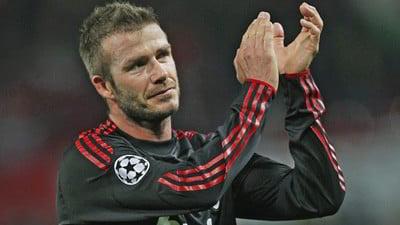 David Beckham batendo palmas em campo.