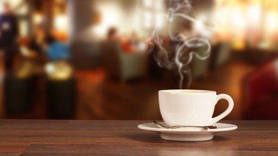 Xícara de café sobre pires