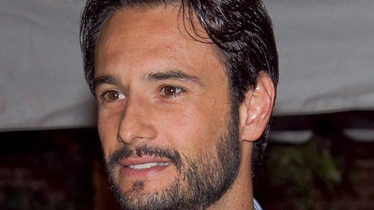 Rodrigo Santoro em foto de perfil, durante evento.