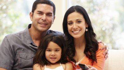Mãe, pai e filha sorrindo