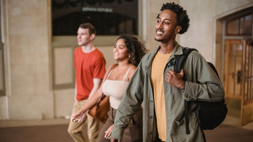 Menina segurando mochila e livros