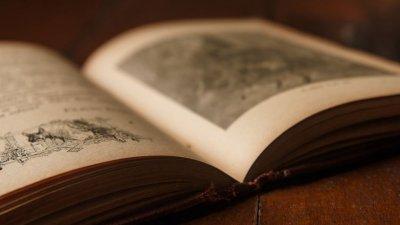 Livro aberto em cima de mesa