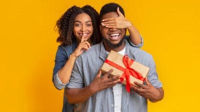 Mulher escrevendo cartão com papeis coloridos