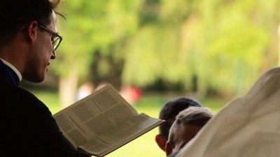 Padre com Bíblia