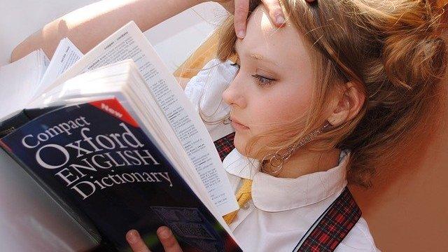 Menina lendo dicionário