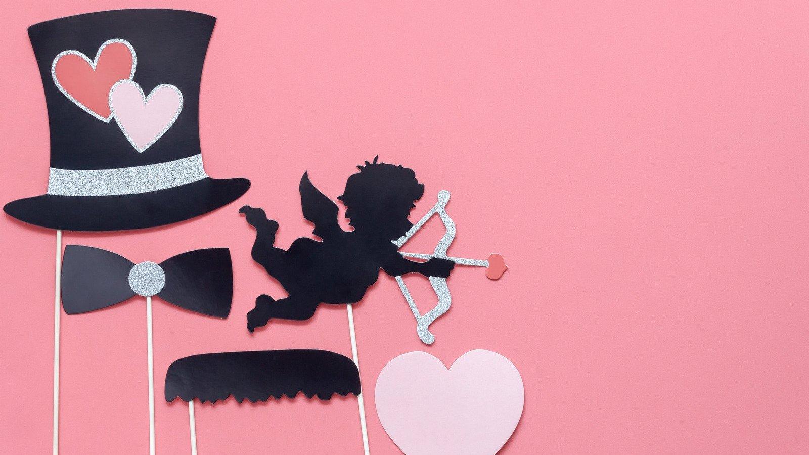 Plaquinhas de papel de cartola, coração e anjo com arco e flecha.