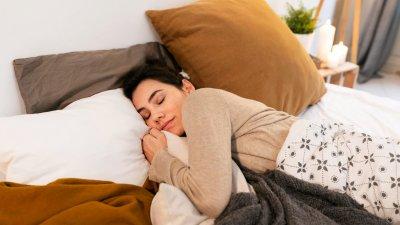 Cachorro beagle dormindo com óculos de Sol no rosto