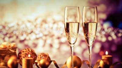 Duas taças de champanhe na mesa com enfeites de ano novo