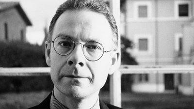 Robert Fripp em foto preta e branca de óculos