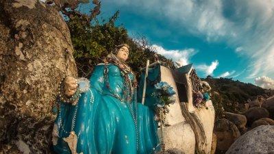 Ilustração de Iemanjá emergindo do mar.