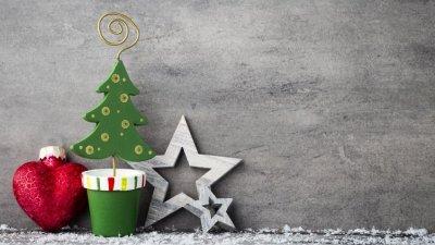 Itens decorativos de natal vistos em foco