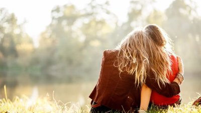 Menina deitada em ombro de amiga