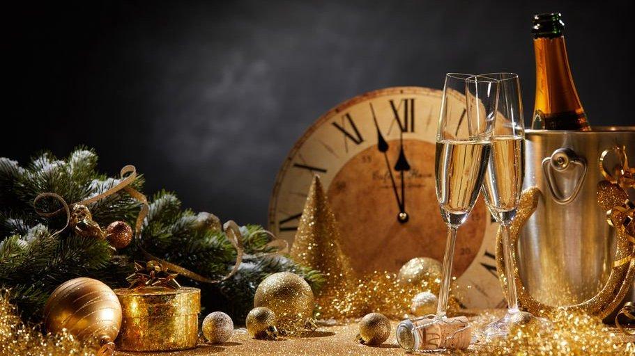 Relógio, champanhe e decoração de ano novo