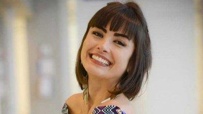 Mulher sorrindo com a cabeça de lado