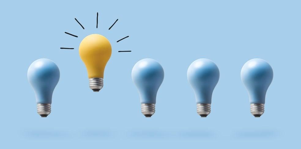Sequência de lâmpadas e segunda lâmpada em cor amarela