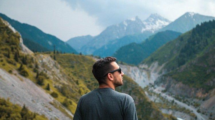 Homem em montanhas