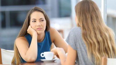 Mulher olhando desconfiada para amiga
