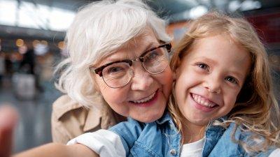 Avó e neta sorrindo tirando foto juntas