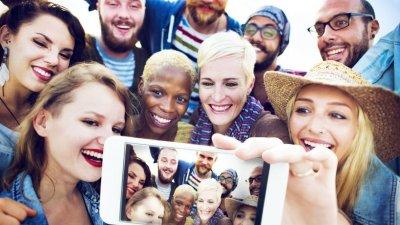 Grupo de amigos tirando foto felizes