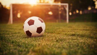 Bola de futebol no campo