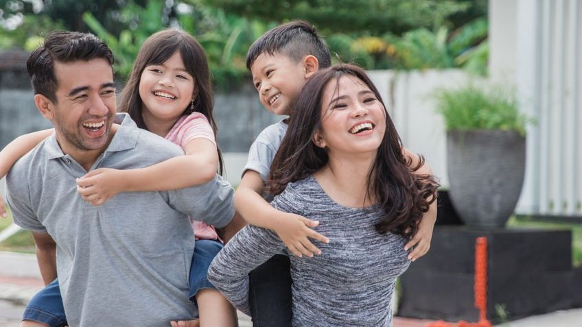Família sorrindo e brincando