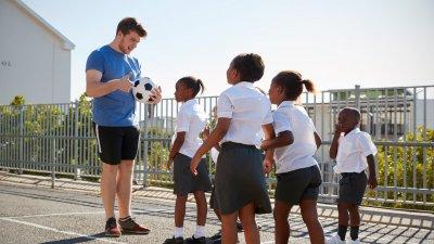 Pessoas praticando exercícios físicos na rua