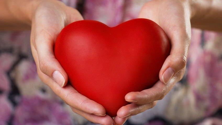 Pessoa segurando coração