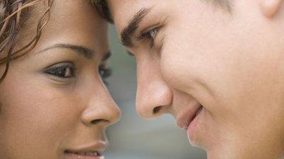 Casal com rostos próximos