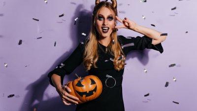 Bruxa voando sobre cidade