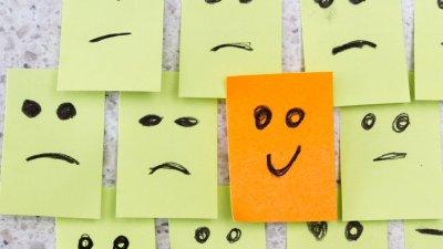 Pepéis com rostinhos desenhados  com expressão de tristeza e um feliz
