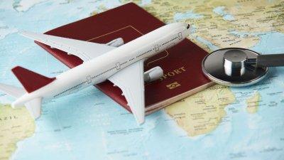 Mapa Múndi com avião, passaporte e lupa em cima