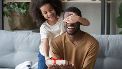 Menina fazendo surpresa de aniversário para pai